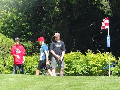友人達とゴルフを楽しむ人たち