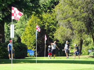 家族で一緒にゴルフを楽しむ人たち