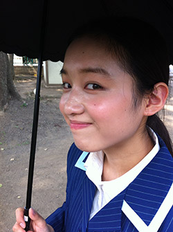 傘を差す青山美郷