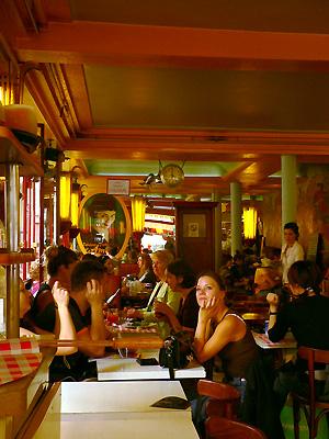 モンマルトルの丘アメリのカフェ(Montmartre)fromパリ