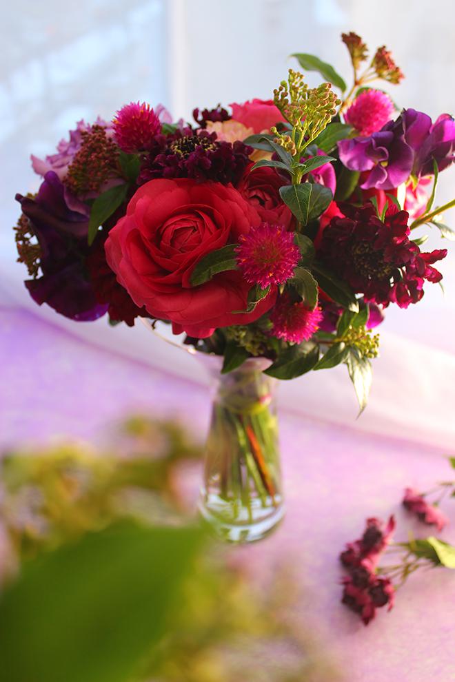 赤・紫の大人ぽい花束(バラ、ら何キュラス、ダリア、トルコギキョウ、スカビオサ、千日紅、アセビ、カーネーション)