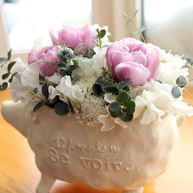 羊の鉢にチューリップとスイートピー、レースフラワーのアレンジメント