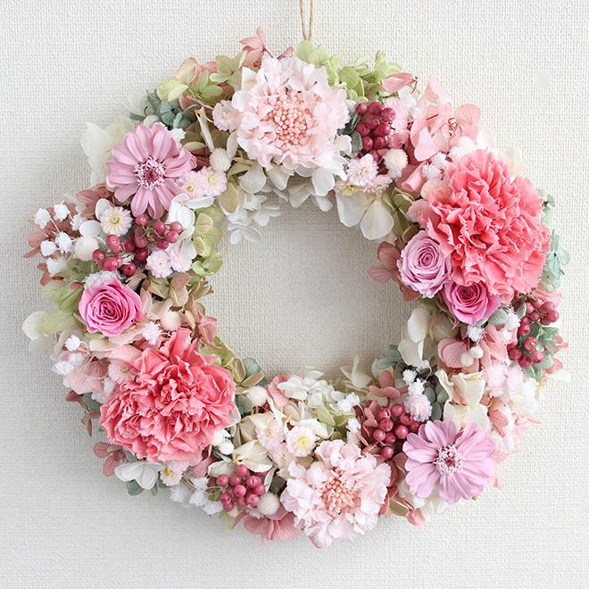 プリザーブドフラワー リース 「コーラルピンクのカーネーション&パステルカラーのお花のふわふわロマンティックリース」(母の日・誕生日・プレゼント)