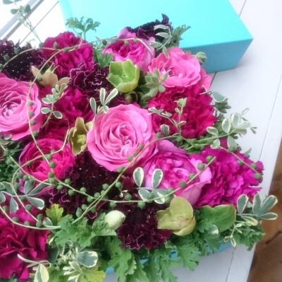 ピンクのイブピアジェ(ローズ)やスカビオサの豪華なボックスフラワーアレンジメント|アイロニー認定校gentle treeさんのレッスン