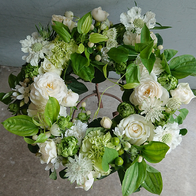 白いバラとカーネーション、スカビオサのリース