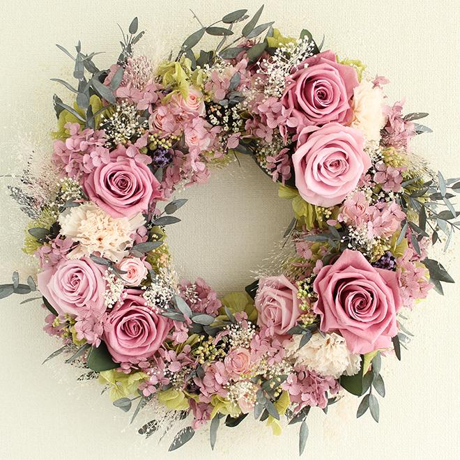 プリザーブドフラワーのラベンダーピンクの大輪バラと、パウダーグレーのユーカリの葉で、シックでエレガントなリース