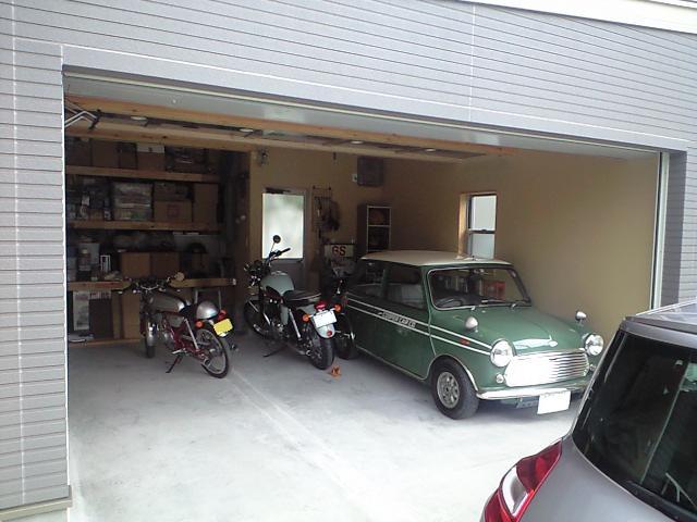 ガレージにはプレミア付きの20年選手MINIやバイクが!!