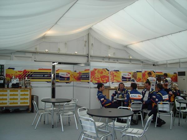 テント内でチームクルーはリラックスムード