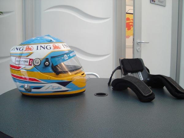 アロンソのヘルメットとHANSです