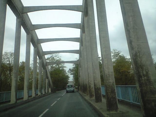 異国っぽい橋を超え
