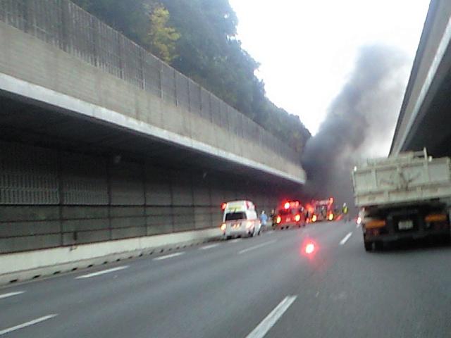 黒煙&大量にいる消防車