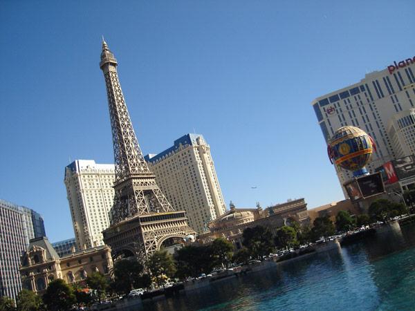 ラスベガスのランドマーク、Parisホテルのエッフェル塔と凱旋門