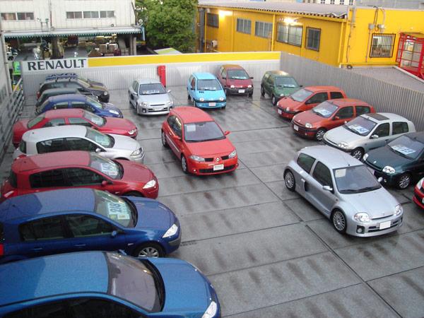 雨の中古車展示場