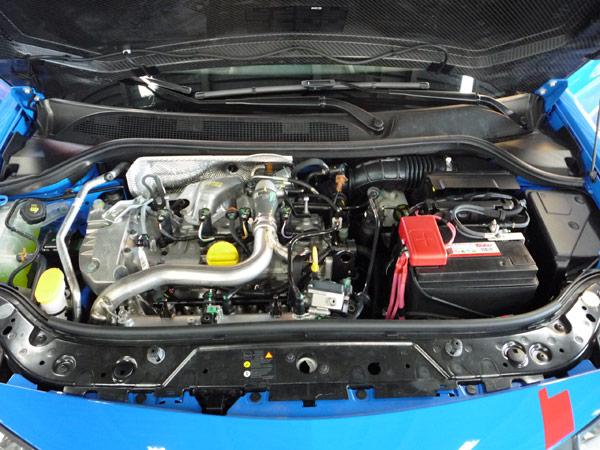 ボンネットの下のエンジンは、カバー類が省かれています