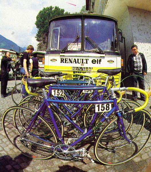 チームバスも当然ルノーです