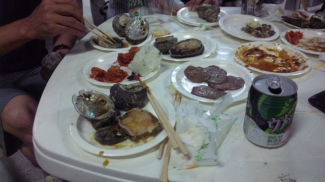 紙皿で食べていいとは思えない贅沢食材です!!!