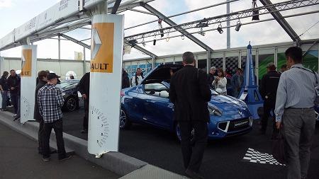ルノーの新車展示場ではえらい人だかりでした