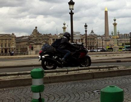 バイクでの石畳はかなり恐いようです
