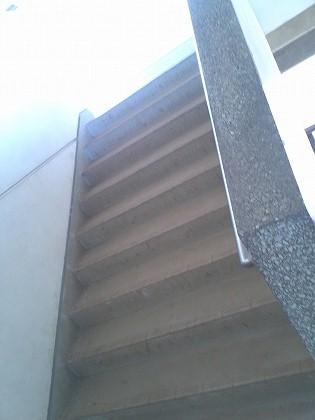 急な階段を5階分上がると