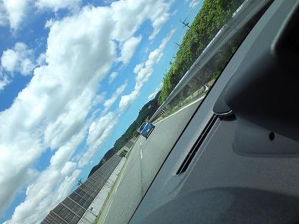 綺麗な景色の中、偶然みかけたメガーヌGTの後ろでのんびりです
