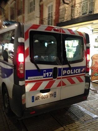警察車両もルノーです(^^)
