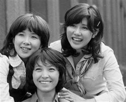 「キャンディーズ」の(左から)ラン、ミキ、スー
