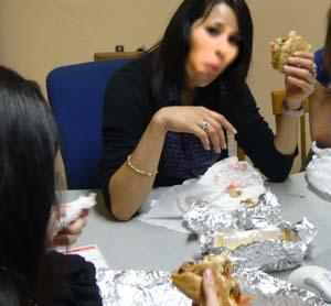 ベリーダンスの先生がケバブを食べている写真