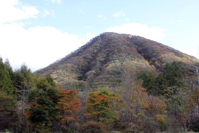 下から見た榛名富士と烏帽子岳-1.jpg
