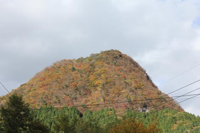 下から見た榛名富士と烏帽子岳-2.jpg