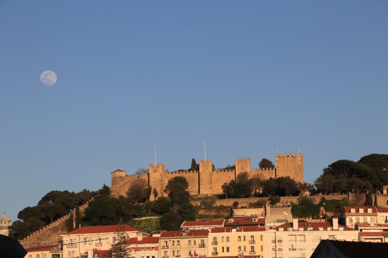 リスボンの街と月-1.jpg