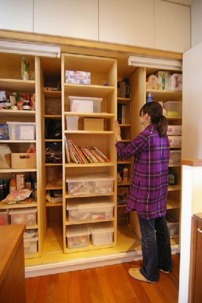 前の棚がスライドして後ろに収納したものを取り出しやすい収納