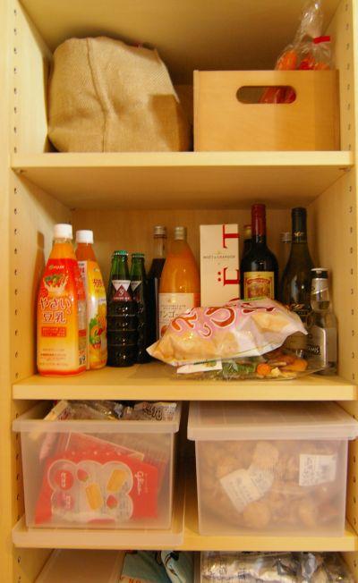 根菜などの野菜とドレッシングやお菓子などのストック