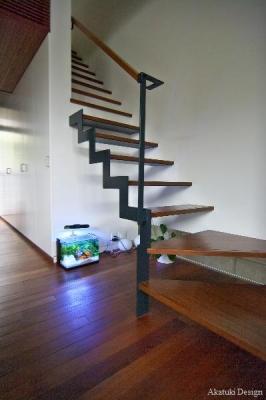 階段下の水槽