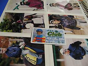 徳吉騎手の写真とGO!JRAジョッキーのマイジョッキー会員証。