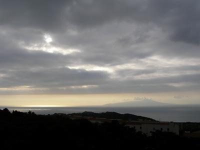 曇り朝の大島