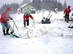 まずはスノーダンプで雪をかき集める
