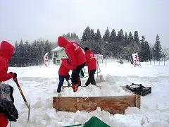 型枠を使って、雪を詰め込む