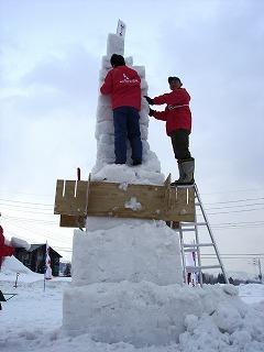 型枠をやめ、ブロック型の雪を積み上げる