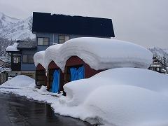 車庫の上にも、こんな量の雪が・・・