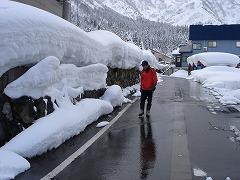湧水や川の水を引いて、道がきれいに消雪されています