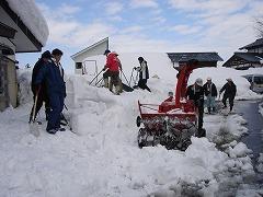 スコップ、スノーダンプ、小形除雪機のみごとな連携