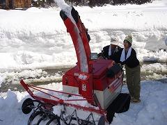 今回は特別に小型除雪機を操作させて頂きました
