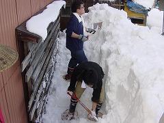 隠れていた窓を、雪掘りします