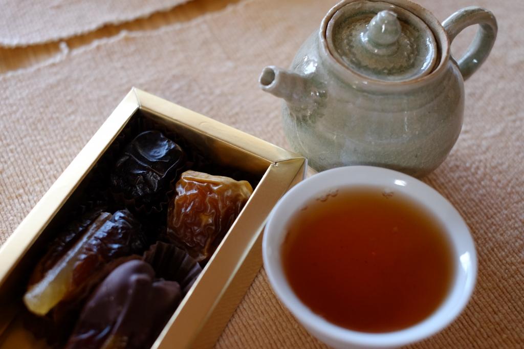 原野香プーアル茶とデーツ