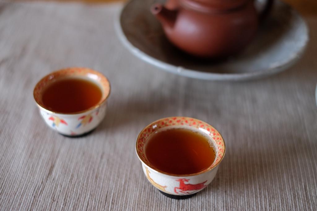 プーアル茶を飲む