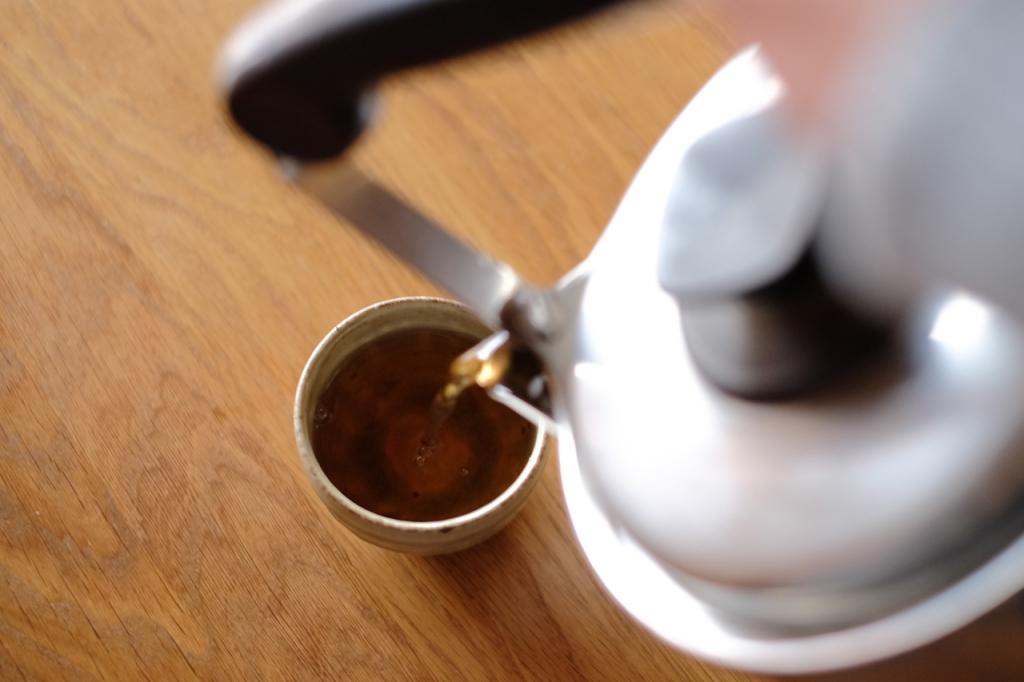フー茶を飲む