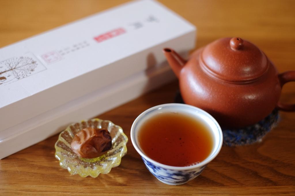 プーアル茶とデーツ