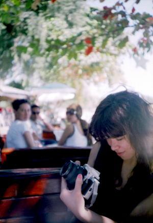 サメッド島でカメラを触る弥栄子