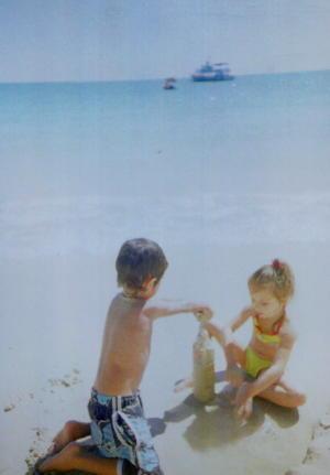 サメッド島のビーチでちいさなカップル