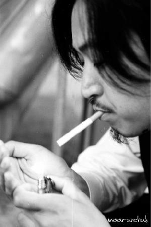 タバコの火をつける。